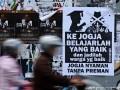 "YOGYAKARTA - Sejumlah pengendara kendaraan melintas di dekat poster bertuliskan ""Ke Jogja Belajarlah Yang Baik dan Jadilah Warga Yang Baik, Jogja Nyaman Tanpa Preman"" di Jl. Cendana, Yogyakarta, Minggu (1/4). Poster tersebut merupakan respon masyarakat atas kasus penembakan di Lapas 2B Cebongan, Sleman beberapa waktu lalu yang melibatkan pendatang dari luar Yogyakarta. FOTO ANTARA/Noveradika/13"