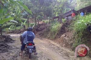 BPBD Gunung Kidul pulihkan jalan tertimbun longsor