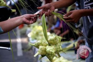 Lebaran 2017- Penjual ketupat  bermunculan di Yogyakarta