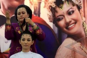 10 model busana pengantin diiperagakan di Malioboro
