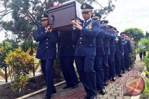Pilot Ivy dimakamkan disamping Copilot Cahyadi