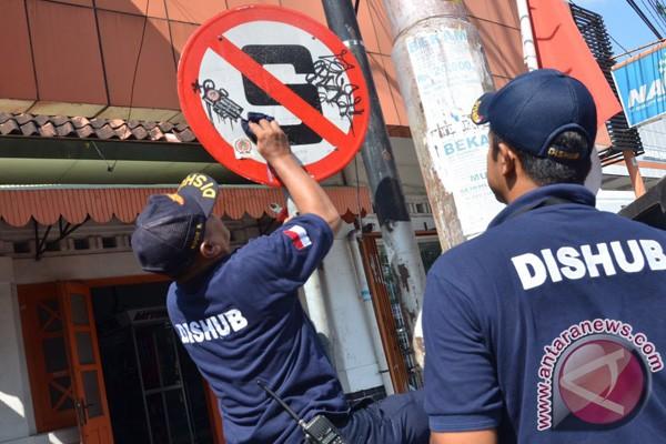 Dishub Yogyakarta bersihkan rambu jalan dari vandalisme