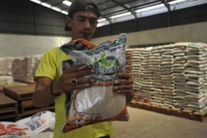 Satgas pangan segel pabrik beras di Bekasi