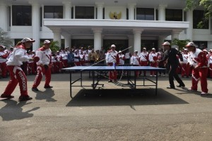 Presiden tanding tenis meja lawan Susi Susanti