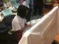 Siswi SMP Stella Duce 1 Yogyakarta menunjukkan keterampilan membatik di Pameran Pendidikan yang masih menjadi bagian dari Pesta Sains di Taman Pintar Yogyakarta, Selasa (12/9). Keterampilan membatik sebagai bentuk pelestarian budaya asli Indonesia ini juga untuk menarik perhatian siswa-siswi Sekolah Dasar (SD) untuk bergabung melestarikan batik bersama SMP Stella Duce 1 Yogyakarta, selain pameran juga menampilkan pementasan tarian, paduan suara dan musik. (Foto ANTARA/Liliana Juari/ags/17)