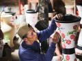 Seorang pengrajin gerabah sedang melakukan proses finishing di salah satu Sanggar Fifin keramik Parimin Desa Kasongan, Bantul, D.I.Yogyakarta, Senin (9/10). Turunnya permintaan pasar ekspor dari Malaysia dan Australia tidak membuat usaha  gerabah kasongan yang berdiri sejak tahun 80an ini kecil hati karena permintaan di dalam negeri cukup ramai. (Foto ANTARA/Isroviana/ags/17)