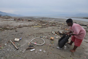 Wisatawan keluhkan sampah di Pantai Glagah