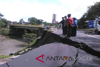 Jalan antar kecamatan di Bantul ambles