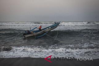 Nelayan Pantai Baron libur melaut karena gelombang tinggi