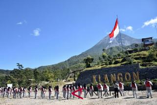 Kodim kibarkan bendera raksasa di lereng Merapi