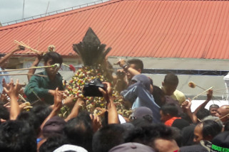 Ribuan warga berebut Gunungan Grebeg Maulid Yogyakarta