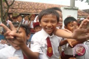 Hari Pertama Sekolah di Lamandau Dipadati Orangtua Antar Anak