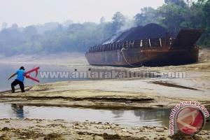 Hulu Barito Surut Kapal Tongkang Terperangkap Kandas