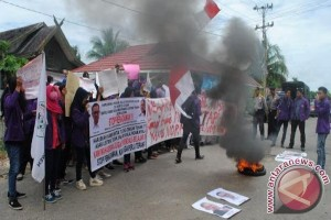 Mahasiswa STIE Demo PLN Muara Teweh