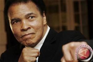 Muhammad Ali Dibawa Ke Rumah Sakit