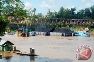 Tongkang Batu Bara Bisa Lewati Bawah Jembatan KH Hasan Basri Muara Teweh