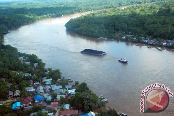 Tongkang Dilarang Berlayar Karena Debit Sungai Barito Naik