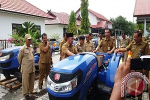 Wah, Kalteng Salurkan 100 Unit Traktor Tangan Untuk Petani