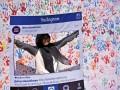 Seorang warga berfoto usai membubuhkan cap tangan ketika kampanye sekaligus deklarasi masyarakat Indonesia anti 'hoax' di Kawasan Jalan MH Thamrin Jakarta, Minggu (8/1). Kampanye anti hoax (berita bohong) itu untuk mengajak masyarakat agar memakai media sosial secara positif dan tidak menyebarkan berita palsu. ANTARA FOTO/Wahyu Putro A