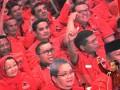 Presiden Joko Widodo meneriakkan salam kebangsaan ketika menyampaikan sambutannya pada acara Perayaan Hari Ulang Tahun (HUT) ke-44 PDI Perjuangan di JCC, Senayan, Jakarta, Selasa (10/1). HUT partai berlambang banteng itu mengambil tema 'PDI Perjuangan Rumah Kebangsaan Untuk Indonesia Raya'. ANTARA FOTO/Widodo S. Jusuf