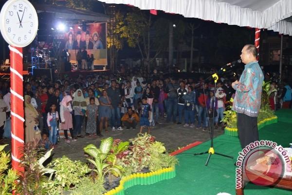 Masyarakat Padati Lapangan Kuala Kapuas Sambut Tahun Baru, Bupati Ikut Gabung