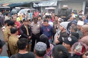 Pedagang Mingguan Protes di Pasar TDK Tamiang Layang, Polisi Berjaga