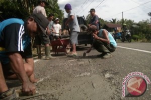 Mantap! Warga Desa Jaar Tambal Jalan Negara