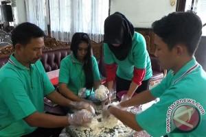 Salut! Dispora Kotim Latih Pemuda Membuat Kerupuk Jelawat