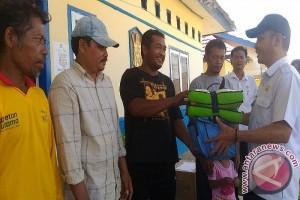 Dinsos Sukamara Serahkan Bantuan Korban Kebakaran