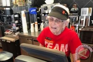 44 Tahun Nenek Ini Bekerja di McDonald dan Belum Berencana Pensiun