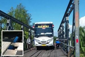 Waduh! Bus Damri Terperosok Akibat Jembatan Penghubung Kotim-Seruyan Rusak
