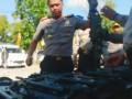 Kapolres Palangka Raya AKBP Lili Warli usai melakukan pengecekan armada dan anggotanya langsung mengecek senjata api laras panjang yang dimiliki oleh polres setempat guna persiapan Pilkada 2018, Selasa (16/5/2017). (Foto Antara Kalteng/Abow)