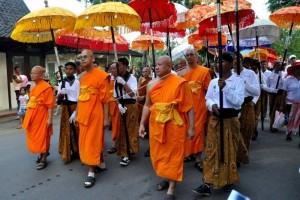 Umat Buddha Ikuti Detik-detik Waisak