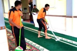 Salut! TNI-POLRI Bersama-Sama Bersihkan Masjid di Muara Teweh