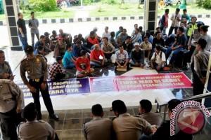 Tak Mau Dicap Penambang Liar, Ratusan Warga Datangi Gedung DPRD Barut