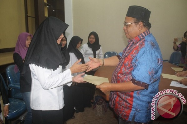 Bupati Sukamara Serahkan SK CPNS 5 Bidan dan 1 Dokter