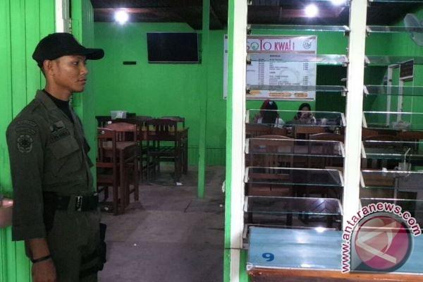 Satpol PP Tertibkan Rumah Makan di Sampit