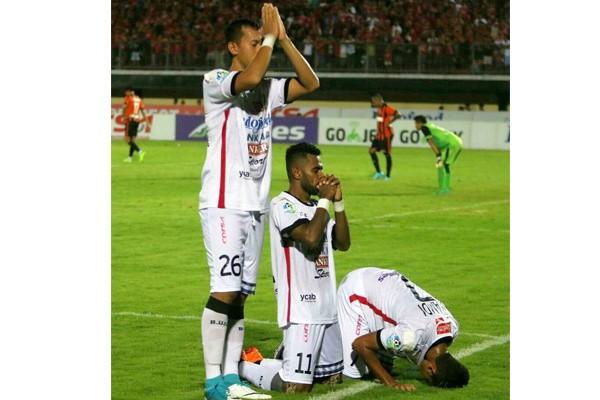 Mantap! Dunia Soroti Foto Doa Lintas Agama 3 Pemain Bali United