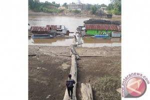 Debit Air Sungai Barito Surut, Tongkang Tak Bisa Berlayar