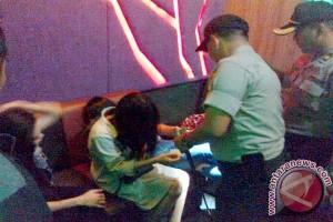 """Tim Gabungan Berhasil Amankan 3 Perempuan Bawa Pil Zenit di """"Karaoke Platinum"""""""