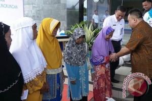 Pelindo III Bagikan 3.500 Paket Sembako Gratis