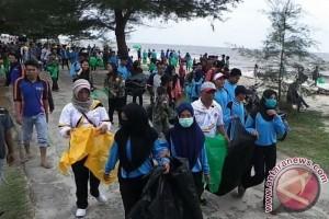 Ratusan Pemuda dari Berbagai Organisasi Punguti Sampah Pantai Ujung Pandaran