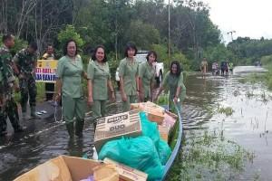 Wow! Istri Tentara Turun Bantu Korban Banjir Katingan