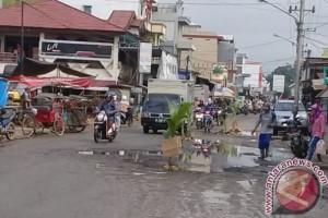 Kesal, Warga Ampah Tanam Tunas Kelapa di Tengah Jalan Berkubang