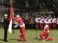 Presiden Joko Widodo (kiri) menyerahkan bendera Merah Putih kepada Ketua Kontingen Indonesia SEA Games XXIX Malaysia Aziz Syamsuddin (kedua kiri) saat upacara pelepasan di halaman Kompleks Istana Kepresidenan, Jakarta, Senin (7/8). Presiden berpesan kepada seluruh atlet Indonesia untuk menunjukkan daya juang tinggi dan sportif saat berlaga dalam SEA Games XXIX di Kuala Lumpur, Malaysia, 19-30 Agustus 2017. ANTARA FOTO/Puspa Perwitasari