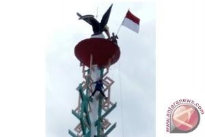 Kibarkan Bendera Merah Putih di Puncak Tugu Jajaka Bartim