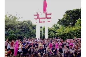 Polres Barut Kibarkan Bendera Merah Putih di Tugu Perbatasan Kalteng-Kaltim