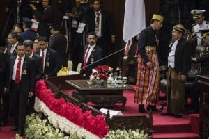 Presiden Kenakan Baju Bugis, Wapres Pakai Baju Jawa, Ketua MPR Mencandai