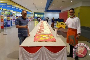 Citimall Kapuas Sajikan Kue Tart Panjang 17 Meter