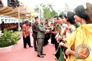 Bupati Barito Selatan Serahkan Penghargaan Kepada Pemenang Putra Putri Pariwisata